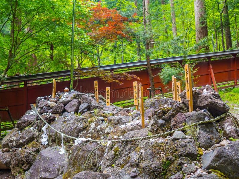 Tóquio, Japão - 24 de agosto de 2017: Feche acima das letras de um japaness em uma vara sobre rochas, em Gion Matsuri é o ` s de  imagens de stock