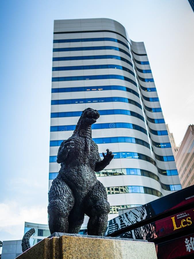 TÓQUIO, JAPÃO - 5 DE AGOSTO DE 2017: Feche acima de uma estátua do gozila com prédios atrás, em um céu azul - Shinjuku fotos de stock royalty free