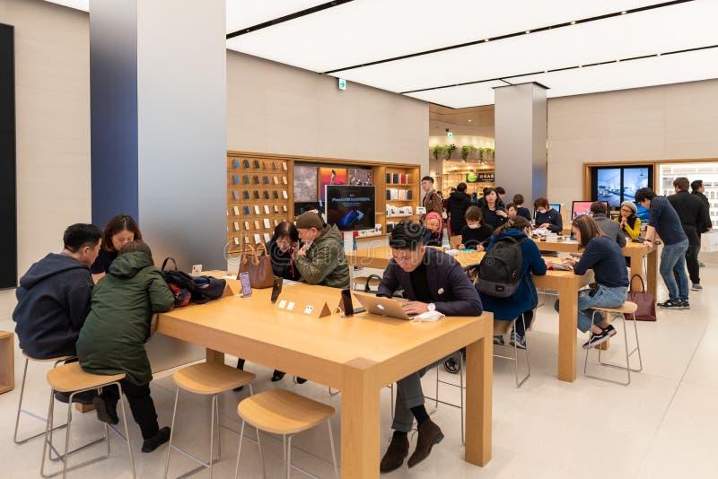 TÓQUIO, JAPÃO - 5 DE FEVEREIRO DE 2019: Interior da loja de Apple do Tóquio em Shinjuku japão fotografia de stock royalty free