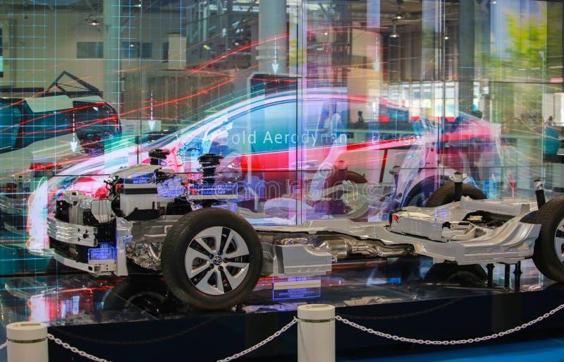 TÓQUIO, JAPÃO - 10 DE JULHO DE 2017: Carros híbridos Toyota da plataforma interativa da apresentação fotos de stock