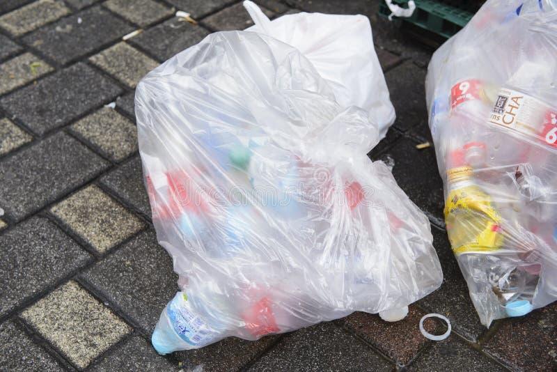 Tóquio, Japão - 21 de junho de 2018: Sacos de plástico enchidos com as latas discared da bebida e as garrafas plásticas prontas p foto de stock