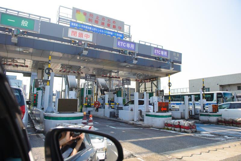 Tóquio, Japão - 31 de março de 2015: Engarrafamento da estrada na estação do pedágio do pagamento no Tóquio, Japão imagens de stock royalty free