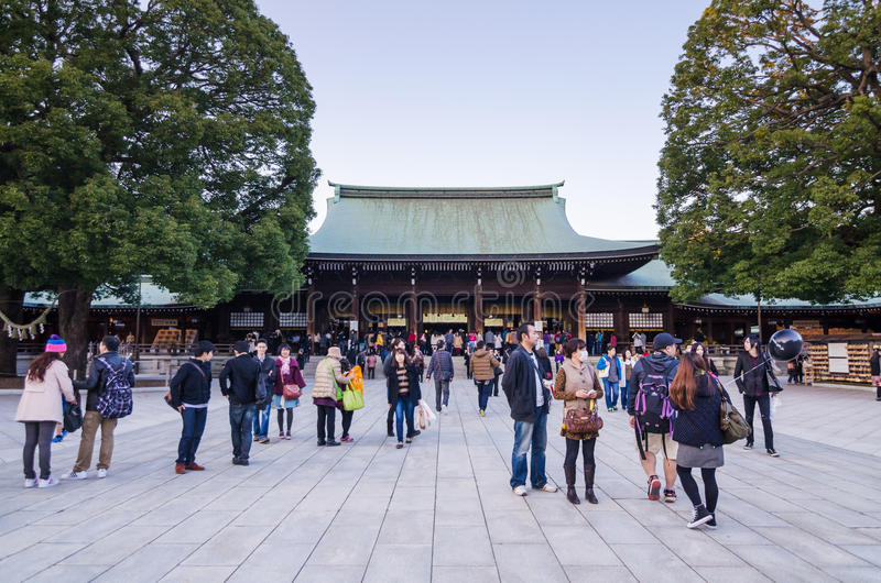 Tóquio, Japão - 23 de novembro de 2013: Visita Meiji Jingu Shr do turista foto de stock