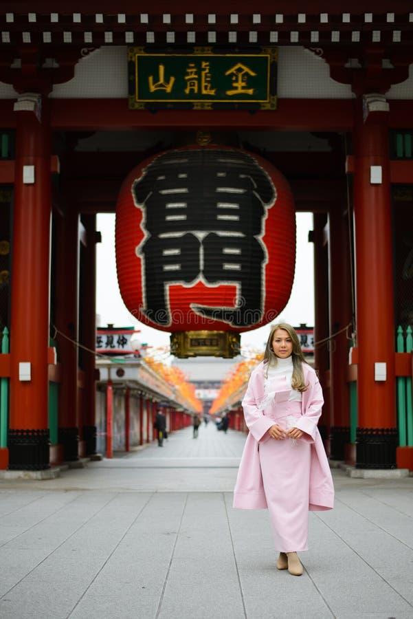 Tóquio, Japão - 14 de novembro de 2017: Mulheres japonesas não identificadas na porta dianteira do templo de Senso-ji fotos de stock royalty free