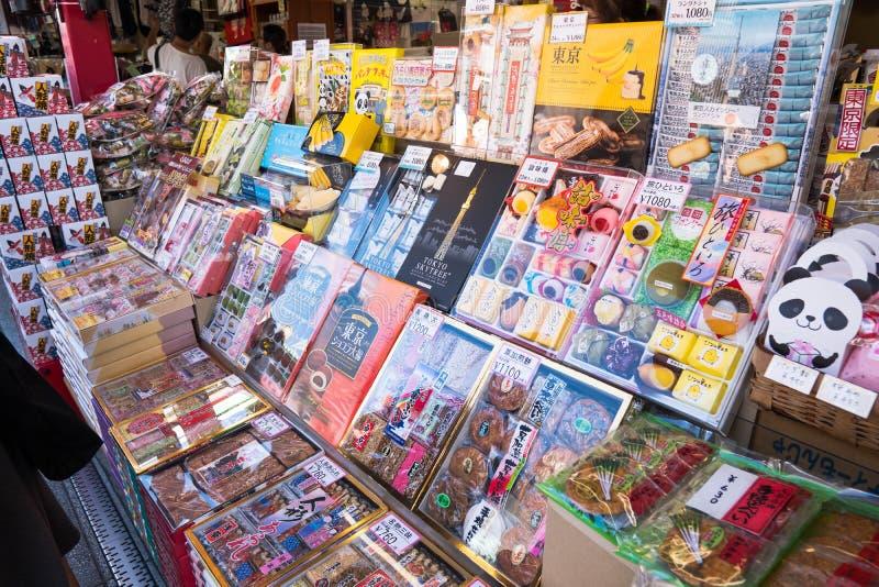 Tóquio, Japão - 7 de outubro de 2018: alimentos que você pode comprar ao longo da estrada ao templo de Sensoji foto de stock royalty free