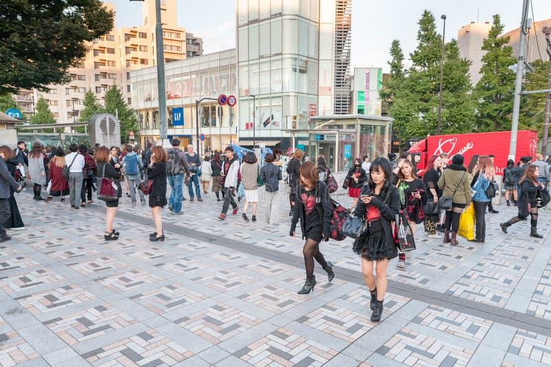 TÓQUIO, JAPÃO - 7 DE OUTUBRO DE 2015: Povo japonês e Meiji Shrine imperial próxima adolescente situados em Shibuya, Tóquio Impera imagem de stock