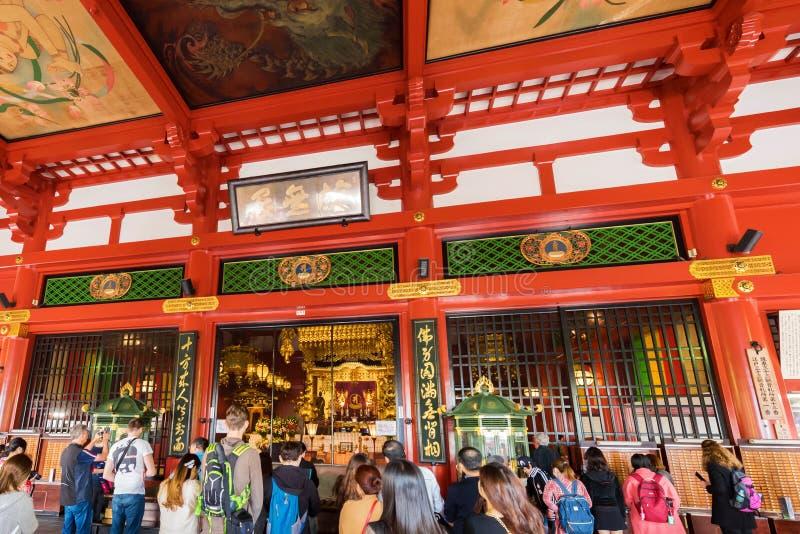 TÓQUIO, JAPÃO - 31 DE OUTUBRO DE 2017: Grupo de turistas no altar no templo Asakusa Schrein Senso-ji imagem de stock royalty free