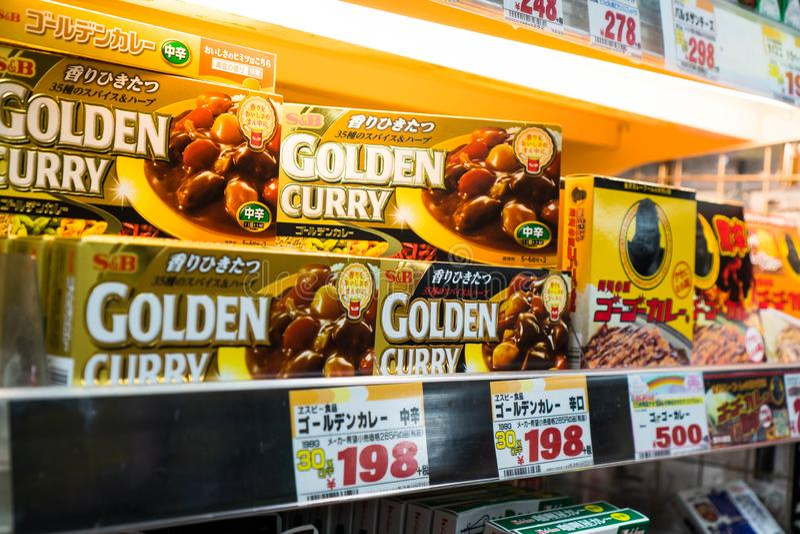 Tóquio, Japão - 5 de outubro de 2018: o melhor caril japonês está na venda dentro de Don Quijote imagens de stock