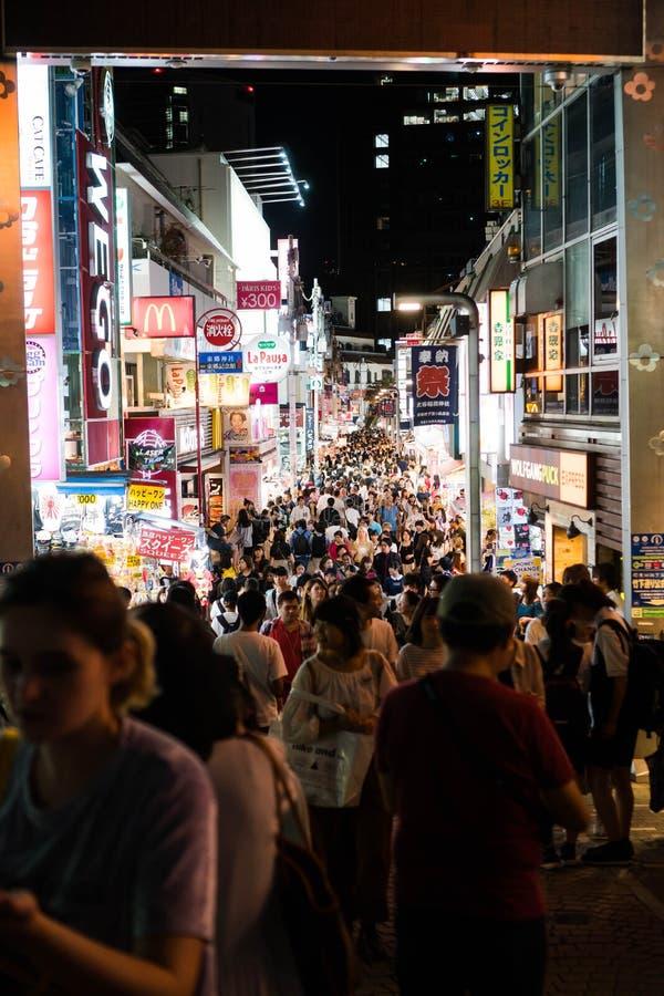 Tóquio, Japão - 7 de outubro de 2018: um bloco completo dos povos na rua de Takeshita pronta para comprar alguns bens fotos de stock royalty free