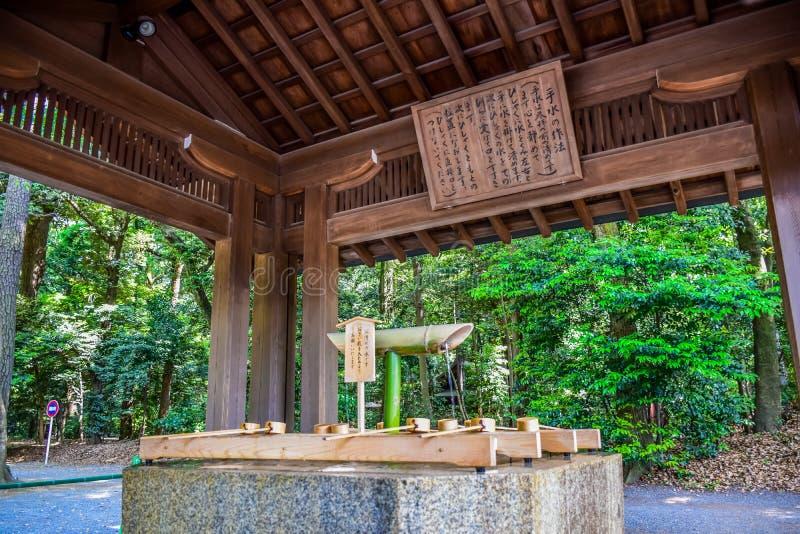 TÓQUIO, JAPÃO - EM MAIO DE 2016: Bênção japonesa original bem a rezar para a boa saúde e a felicidade situadas em Meiji Shrine, S fotografia de stock royalty free
