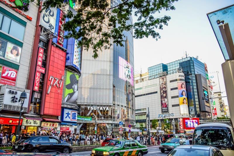 TÓQUIO, JAPÃO - EM MAIO DE 2016: Lojas na área de Shibuya, esse da American National Standard das lojas dos centros da forma de J foto de stock royalty free