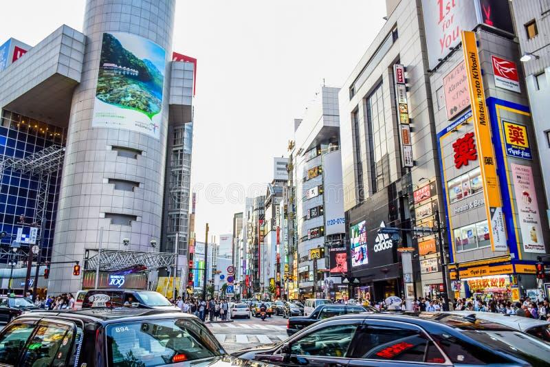 TÓQUIO, JAPÃO - EM MAIO DE 2016: Lojas na área de Shibuya, esse da American National Standard das lojas dos centros da forma de J fotografia de stock royalty free