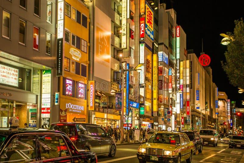TÓQUIO, JAPÃO - FEVEREIRO, 20, 2017: Vida noturna no distrito de Shinjuku O signage brilhantemente iluminado compra na área de Sh imagens de stock