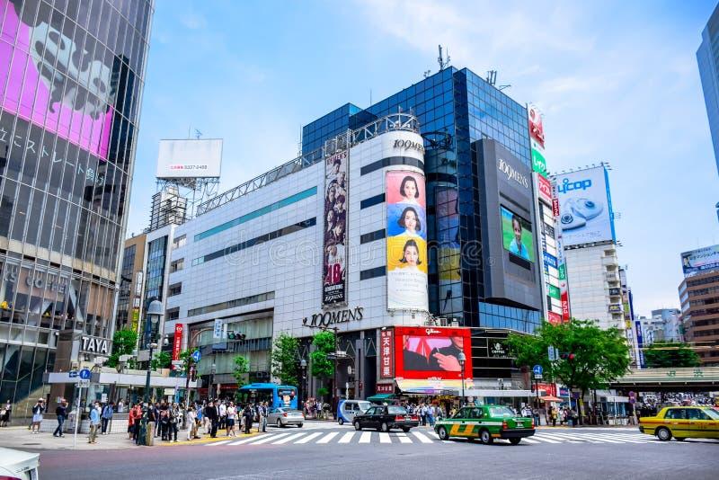 TÓQUIO, JAPÃO: Lojas na área de Shibuya, esse da American National Standard das lojas dos centros da forma de Japão imagem de stock royalty free