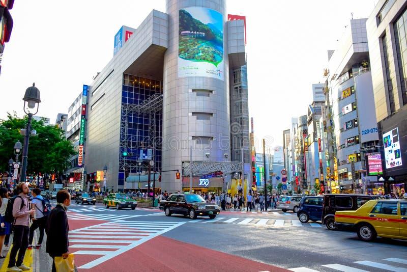 TÓQUIO, JAPÃO: Lojas na área de Shibuya, esse da American National Standard das lojas dos centros da forma de Japão fotografia de stock
