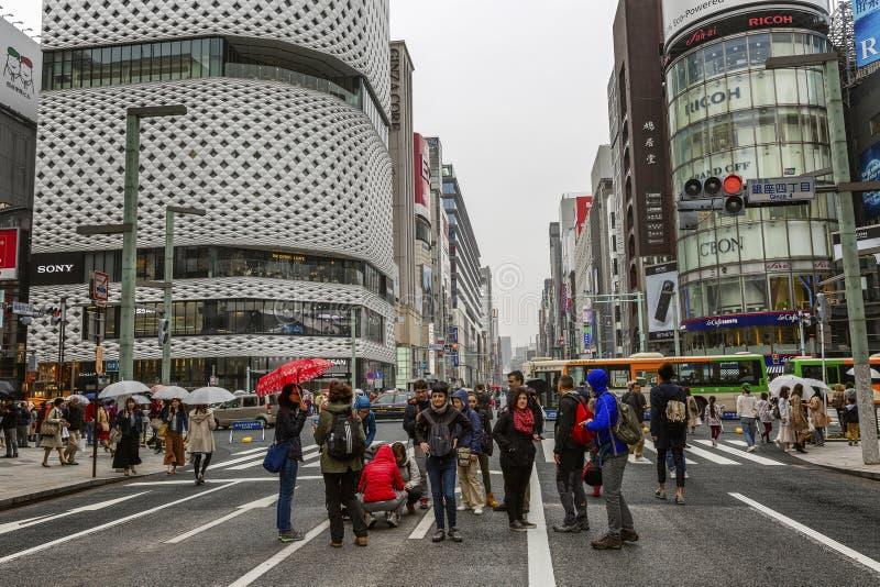 Tóquio, Japão, 04/08/2017 Os povos andam ao longo da rua pedestre Ginza foto de stock