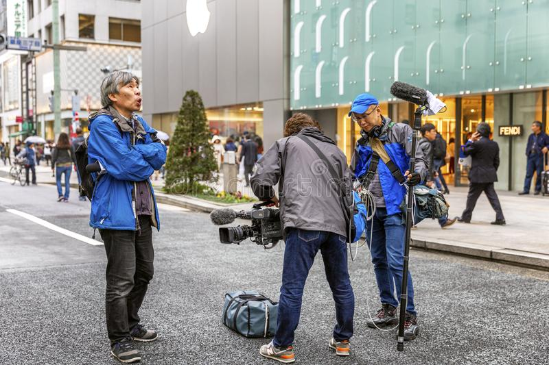 Tóquio, Japão, 04/08/2017 A televisão dispara em um relatório na rua pedestre de Ginza fotografia de stock