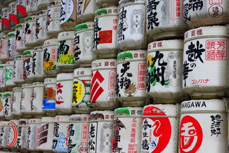 """Tóquio, Japan†""""5 de agosto de 2017: Tambores do vinho de arroz japonês da causa no santuário de Meiji-Jingu, doados por cerveje fotografia de stock"""