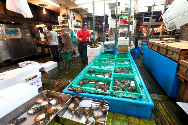Tóquio: Mercado de peixes do marisco de Tsukiji imagens de stock royalty free