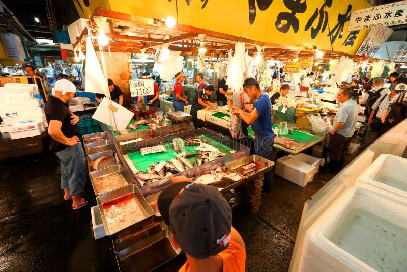 Tóquio: Mercado de peixes do marisco de Tsukiji foto de stock