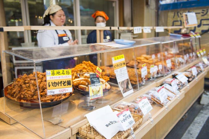 Tóquio, Tsukiji Japão - 20 de fevereiro de 2016: Loja de alimento fritada nos Ts imagens de stock royalty free