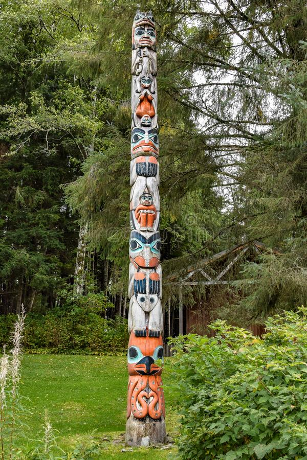 T?tem de la nutria de la tierra en el parque hist?rico del estado de la ensenada del t?tem, Ketchikan, Alaska foto de archivo