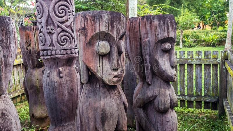 Tótem de madera dayaknese tradicional de la escultura en Pulau Kumala, Indonesia fotografía de archivo