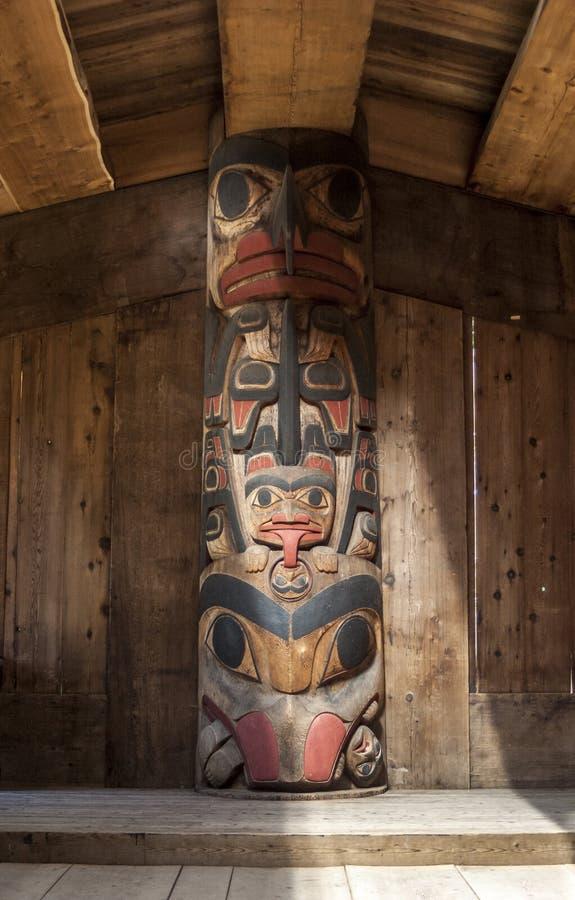 Tótem del longhouse del Haida. fotos de archivo