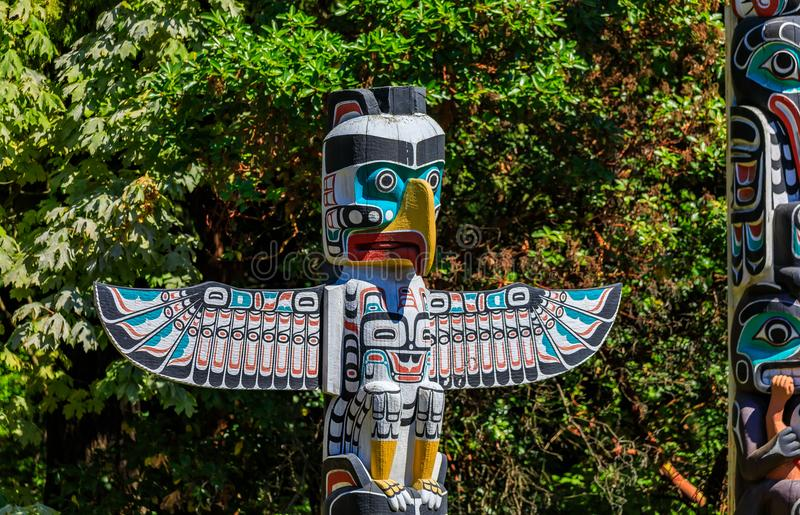 Tótem indio americano del thunderbird de las primeras naciones en Stanley imágenes de archivo libres de regalías