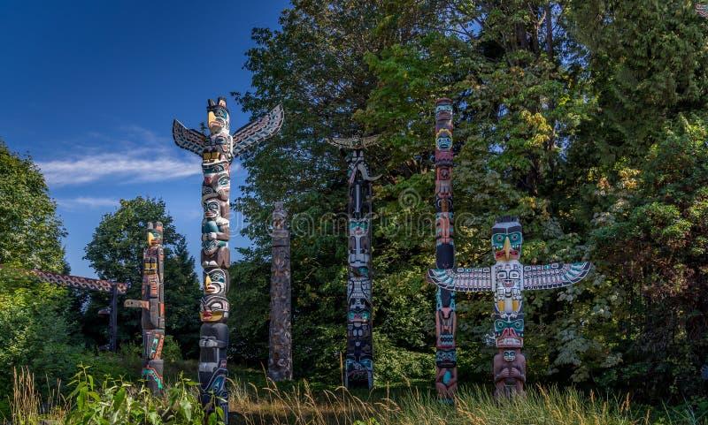 Tótemes en Stanley Park en Vancouver A.C. foto de archivo