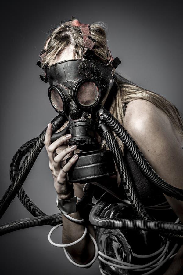 Tóxico, máscara de gás, modelo fêmea, mal, cortina, anjo caído do deat fotografia de stock royalty free