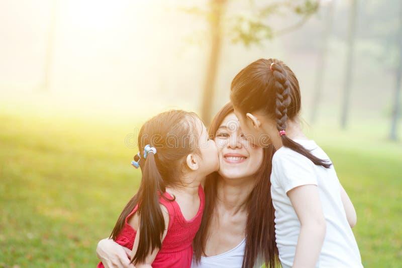 Töchter, die Mutter küssen lizenzfreie stockfotografie