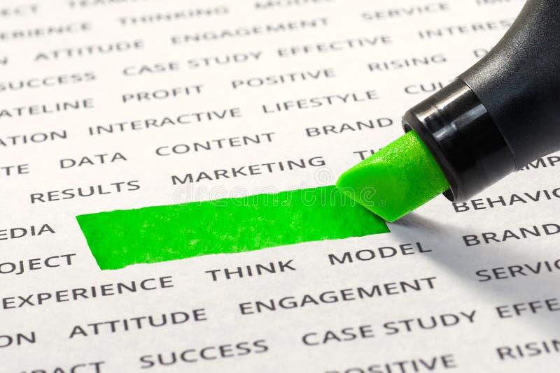 Töm av den gröna linjen färgpulverhighlighter med markören på pappers- ord fotografering för bildbyråer