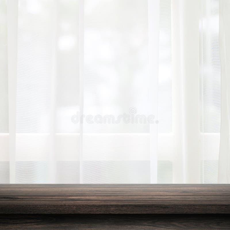 Töm av trätabellöverkant på gardin- och fönsterbakgrund med suddighet av begreppet för naturmiljömorgonen Svart trätabell och fotografering för bildbyråer