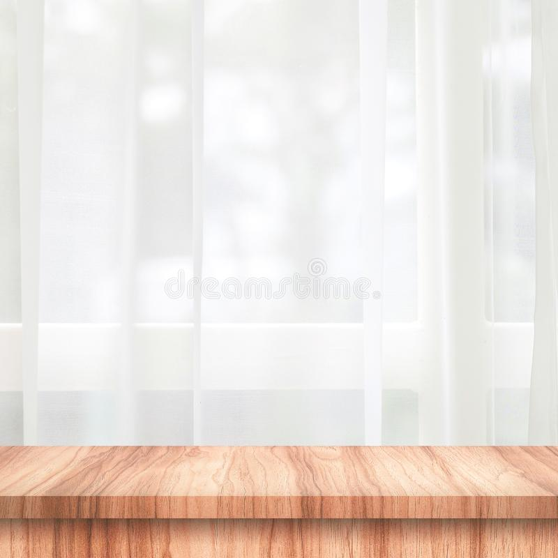 Töm av trätabellöverkant på gardin- och fönsterbakgrund med suddighet av begreppet för naturmiljömorgonen Trätabell och utrymme royaltyfri bild