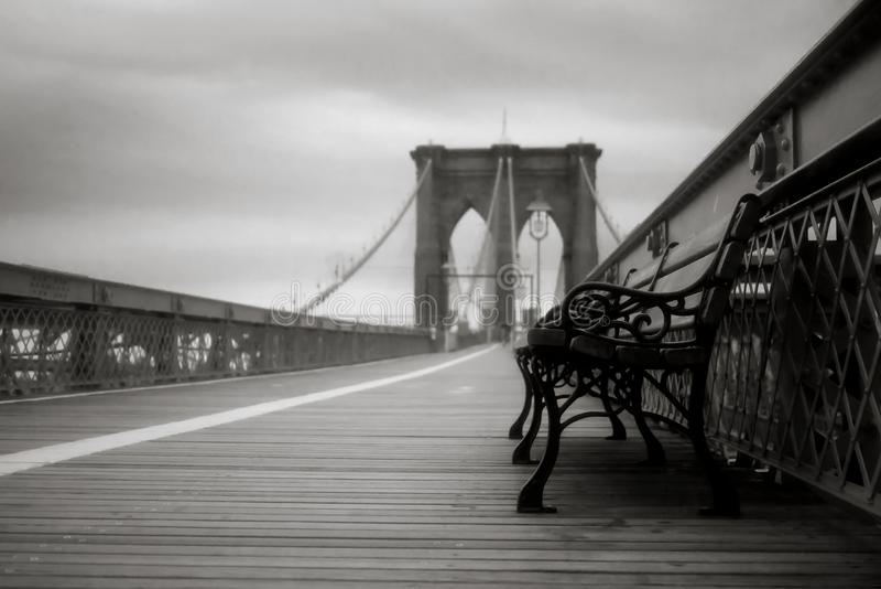 Töm bänken på den Brooklyn bron i New York City arkivfoto