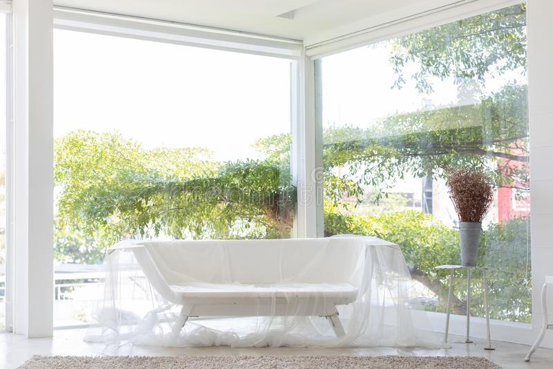 T?m badkarb?nken eller bada soffan som t?ckas av gardinen med det stor f?nstret och tr?dbakgrund i studio fotografering för bildbyråer