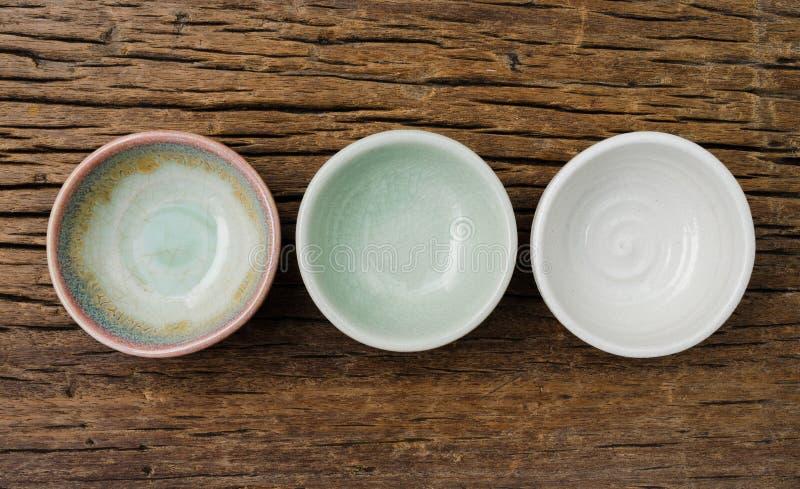 Töm bunken, den japanska handgjorda keramiska bunken, sprucken keramisk textur royaltyfri bild