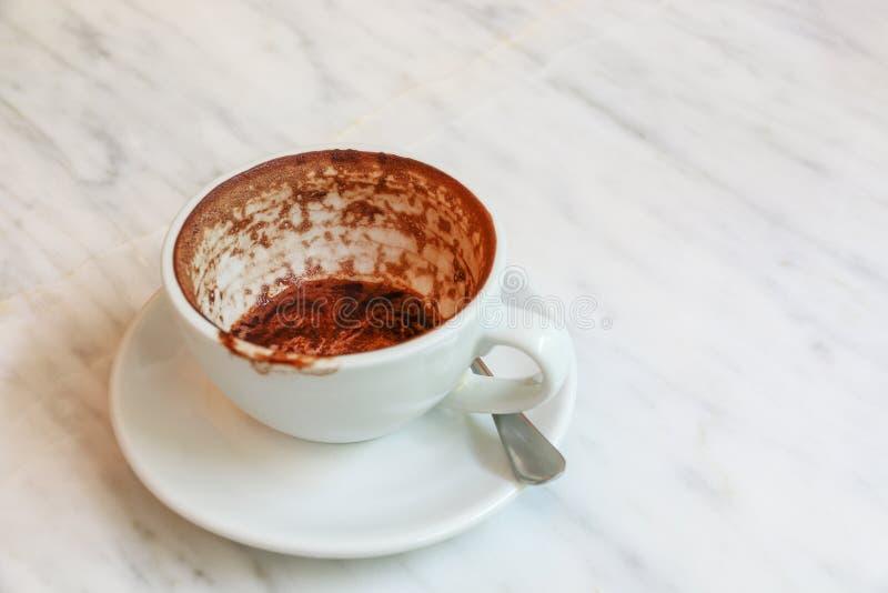 töm den nedfläckade kaffekoppen på marmortabellen fotografering för bildbyråer