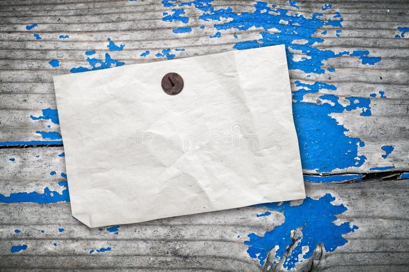 Töm den pappers- annonsen som hänger på tappningträväggen royaltyfri fotografi