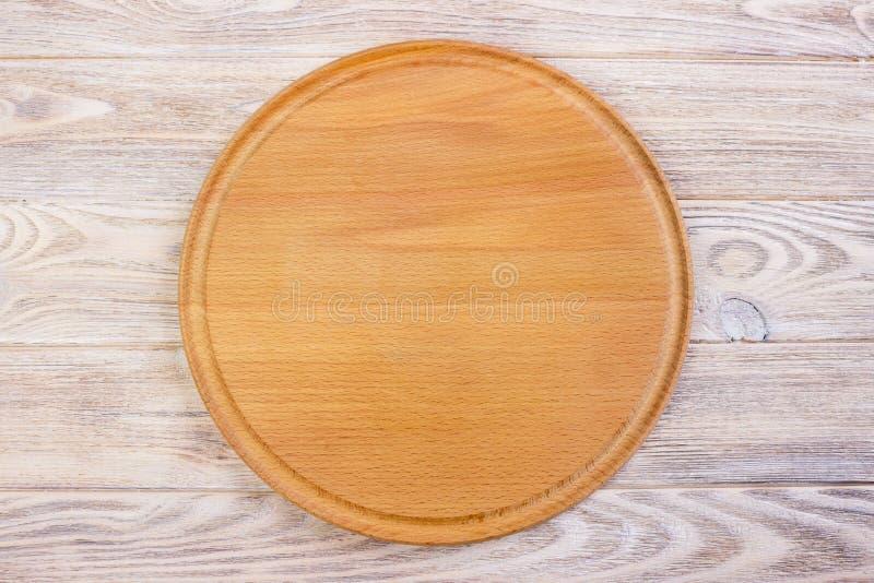 Töm den runda skärbrädan på en trätabell Top beskådar royaltyfria foton