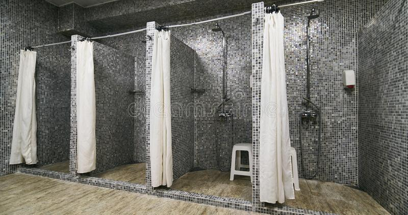 Töm duschar i modern idrottshall royaltyfri foto