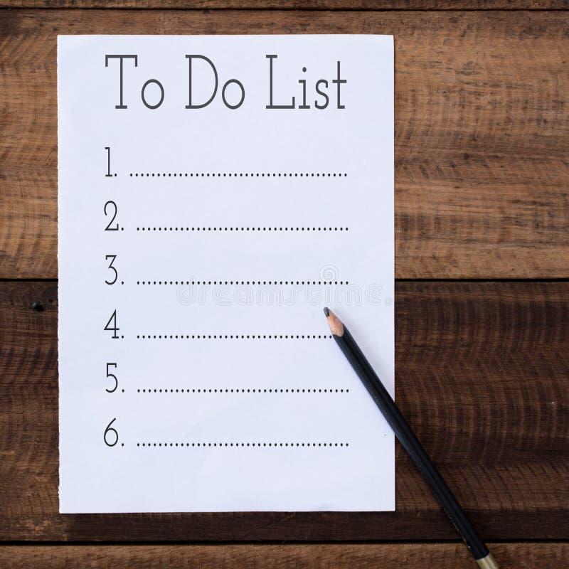 Töm för att göra listan med blyertspennan på trätabellen fotografering för bildbyråer