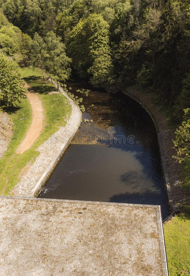 Töm från vattenkraftväxten in i floden royaltyfria foton
