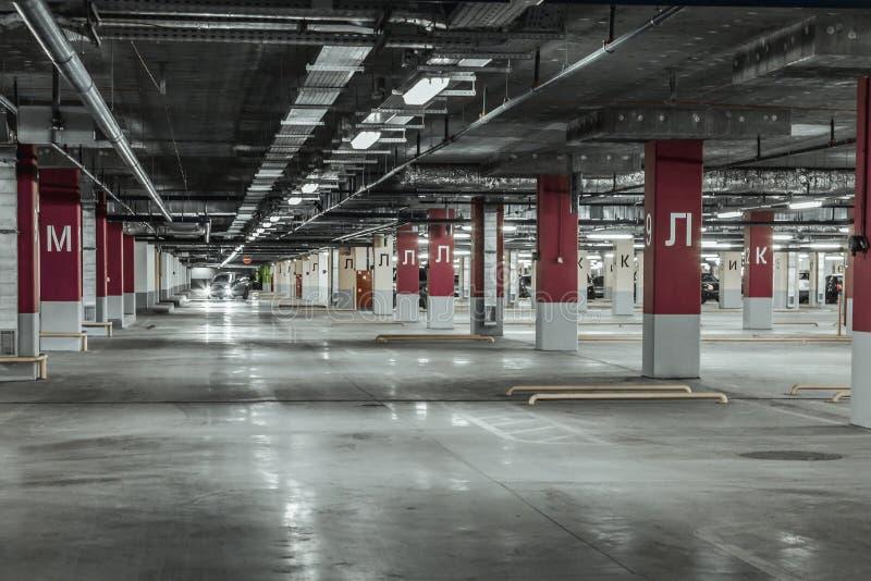 töm garageparkering arkivbild