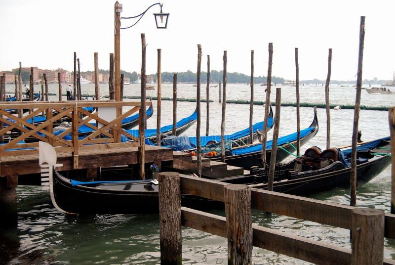 Töm gondoler som väntar på turister att ankomma arkivfoto