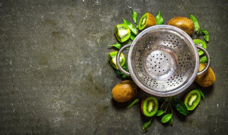 Töm koppen med kiwin och sidor omkring royaltyfri fotografi