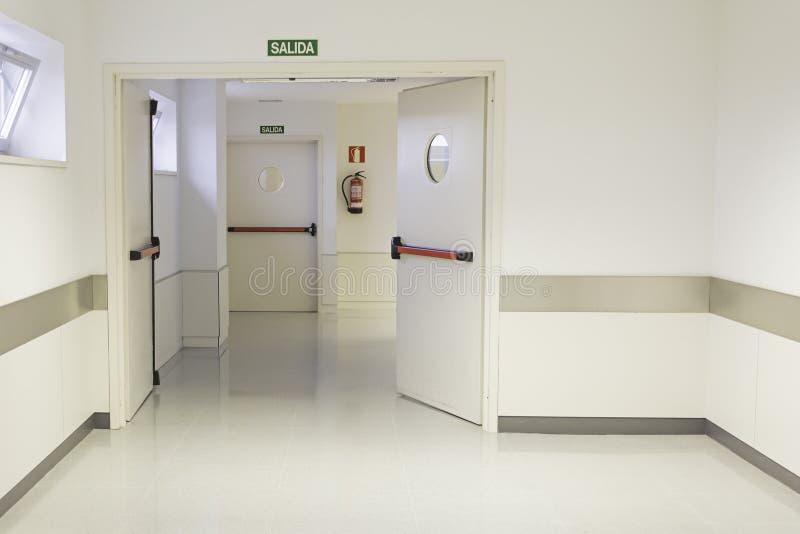töm korridorsjukhuset royaltyfria foton