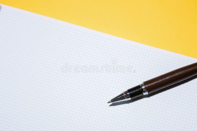 Töm mellanrumet och skriva på arbetsplatsen royaltyfria foton