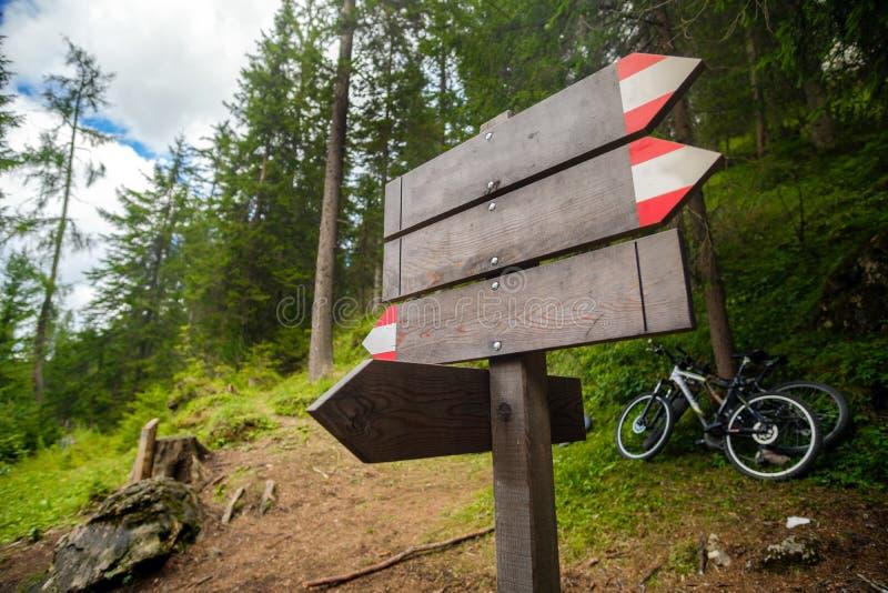 Töm mountainbiket för trä för slingateckenskogen arkivfoton